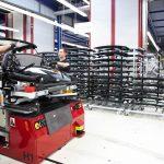 Werker während der Montage eines Autodachs unter Anleitung der ELAM-Software