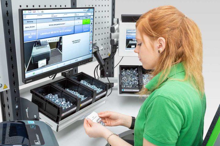 Mitarbeiterin an einem Kittingarbeitsplatz der Firma Bott