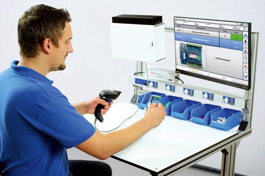 Werker wird durch digitale Arbeitsanweisungen während der Montage unterstützt