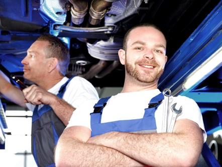 Zufriedener Mitarbeiter während der Montage