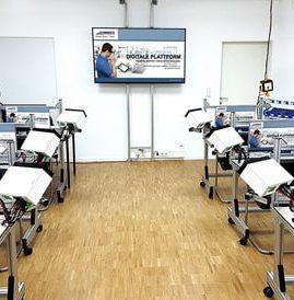 Schulungsraum für Systemschulungen des Werkerassistenzsystems