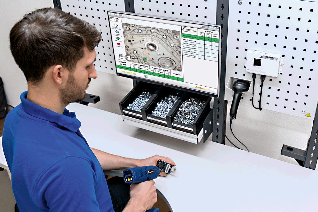 Mitarbeiter erhält digitale Arbeitsanweisungen zur Durchführung eines Montageprozesses