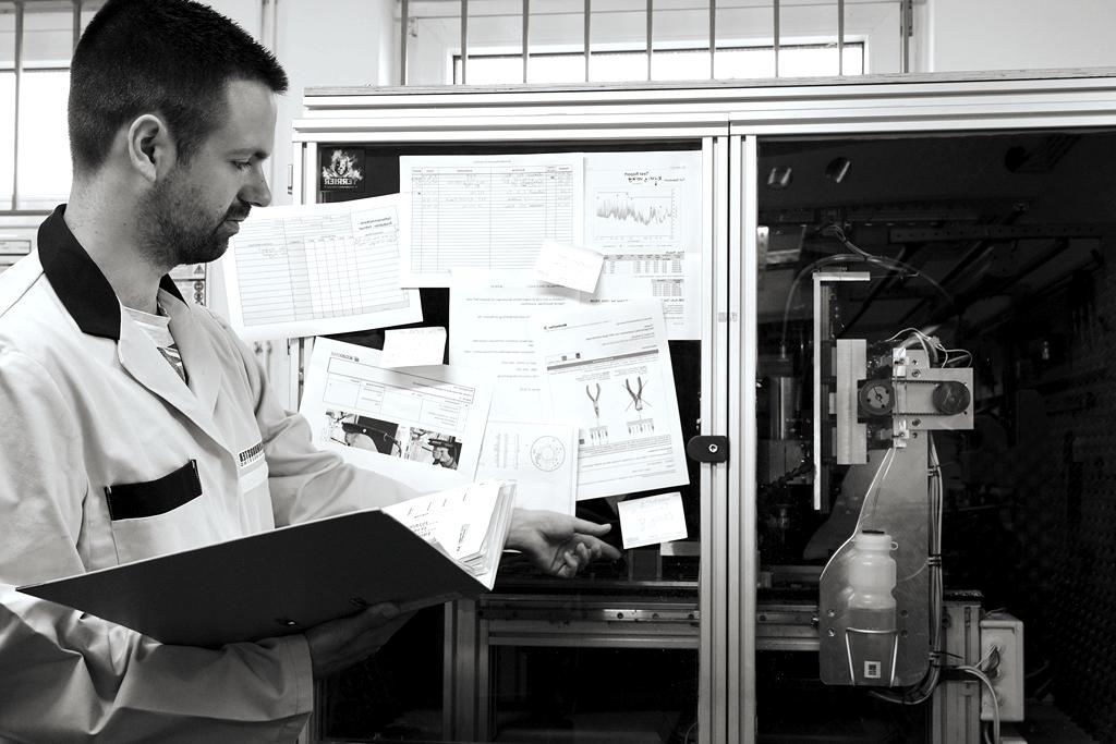 Chaotischer Arbeitsplatz in einem Produktionswerk