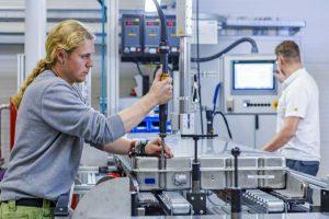 Bild 2: Produktion der Serien-Batteriesysteme bei AKASOL