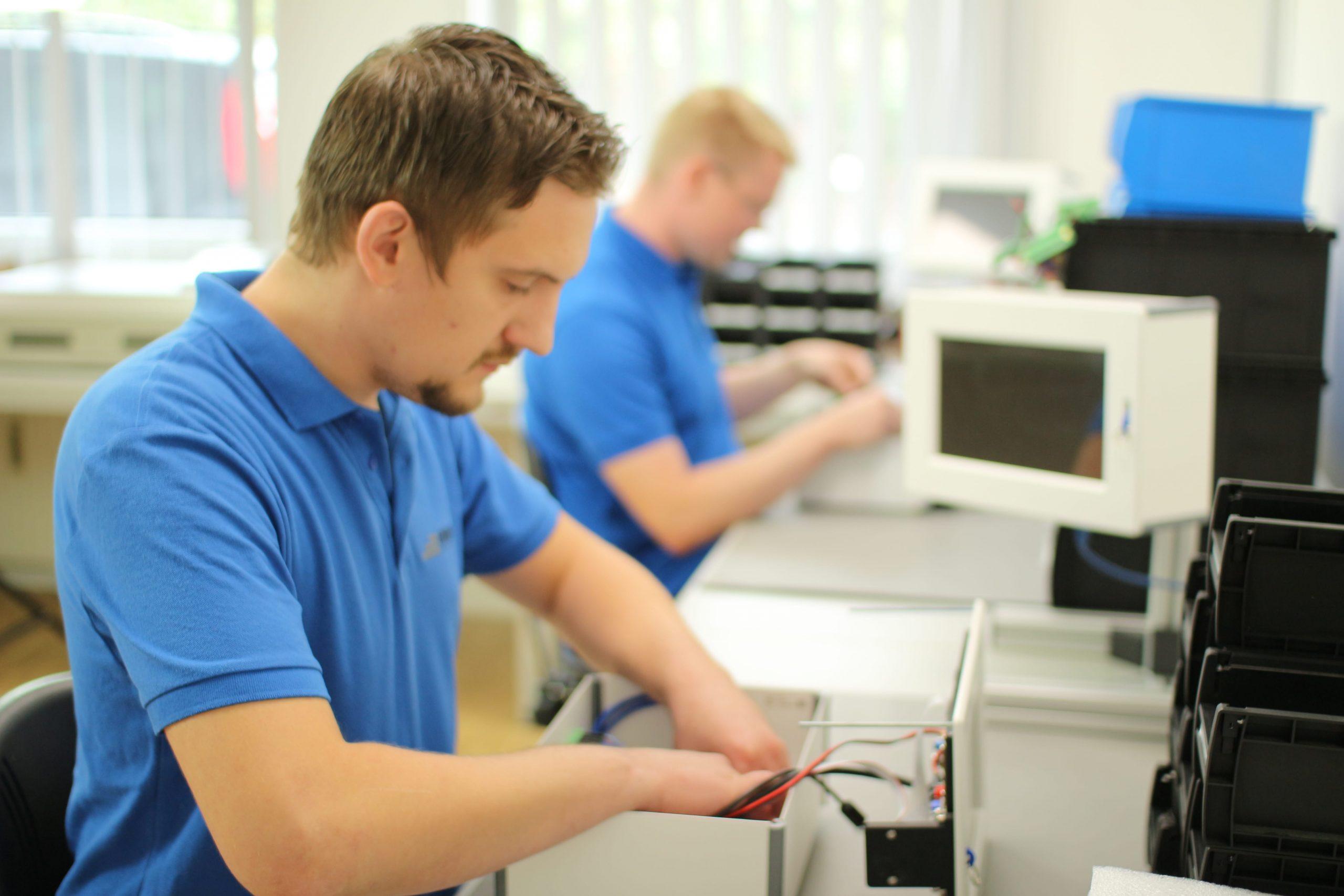 Produktionsmitarbeiter werden durch ELAM unterstützt